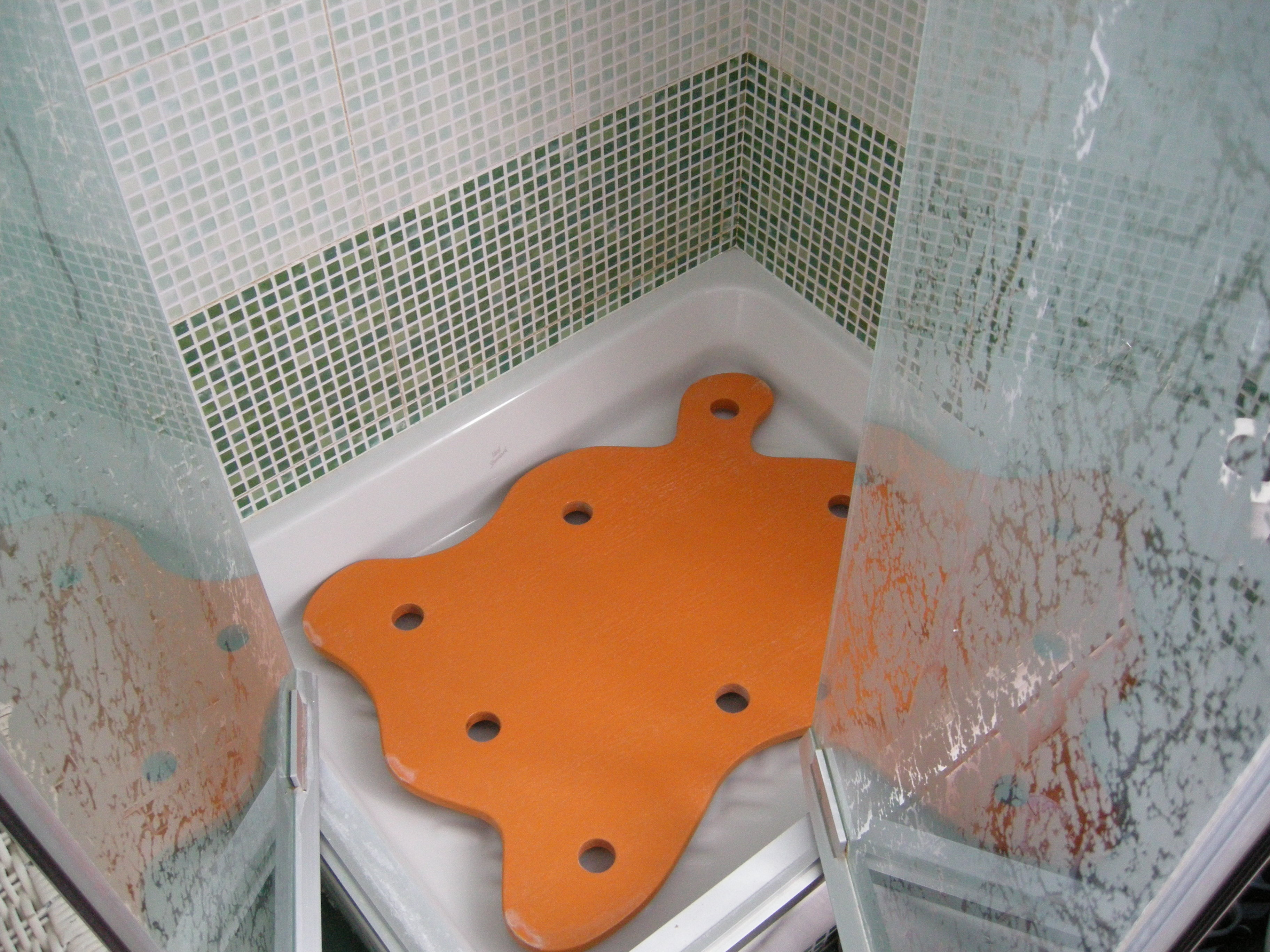 Rialzo in legno per piatto doccia